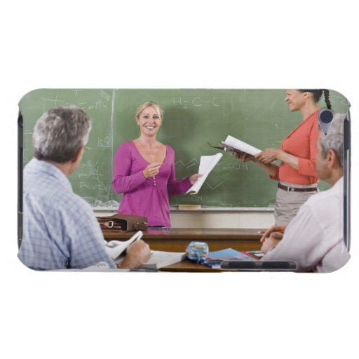 Estudiante que habla con la clase y el profesor qu iPod touch cobertura