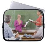 Estudiante que habla con la clase y el profesor qu manga portátil