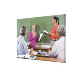 Estudiante que habla con la clase y el profesor qu lona estirada galerías