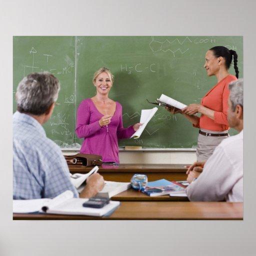 Estudiante que habla con la clase y el profesor qu posters