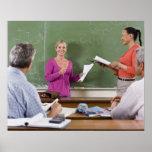 Estudiante que habla con la clase y el profesor qu póster