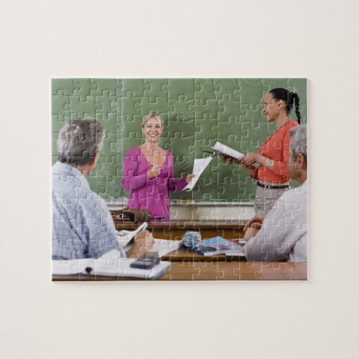 Estudiante que habla con la clase y el profesor qu rompecabeza con fotos