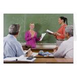 Estudiante que habla con la clase y el profesor qu tarjeton