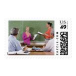 Estudiante que habla con la clase y el profesor sellos