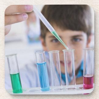 Estudiante que hace el experimento 3 de la ciencia posavaso