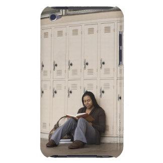Estudiante que se inclina en estudiar de los armar barely there iPod funda