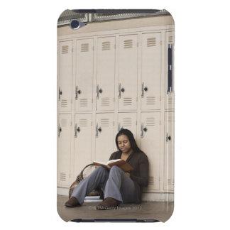 Estudiante que se inclina en estudiar de los armar barely there iPod protectores