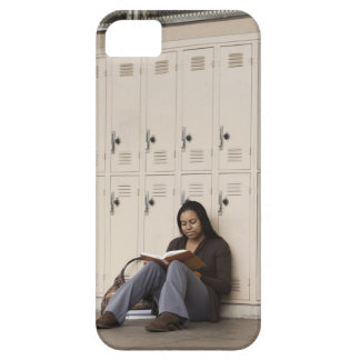Estudiante que se inclina en estudiar de los iPhone 5 fundas