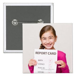 Estudiante sonriente orgullosa de boletín de notas pin cuadrado