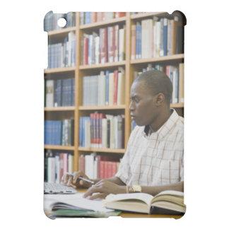 Estudiante universitario que trabaja en biblioteca