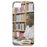 Estudiante universitario que trabaja en biblioteca funda para iPhone SE/5/5s