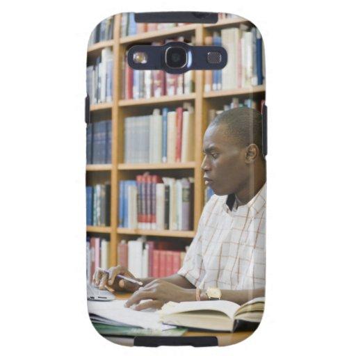 Estudiante universitario que trabaja en biblioteca funda para samsung galaxy SIII