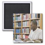 Estudiante universitario que trabaja en biblioteca imán cuadrado