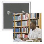 Estudiante universitario que trabaja en biblioteca pin cuadrado