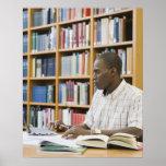 Estudiante universitario que trabaja en biblioteca póster