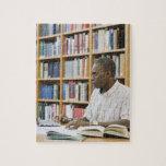 Estudiante universitario que trabaja en biblioteca rompecabeza con fotos