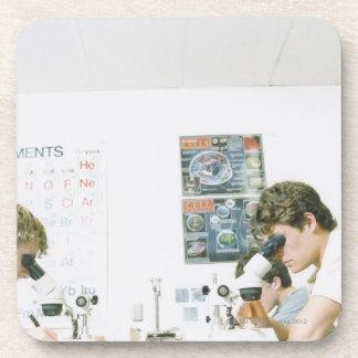 Estudiantes con los microscopios posavaso