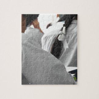 Estudiantes de la escuela en un examen puzzle con fotos