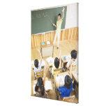 Estudiantes de la escuela primaria en la escuela impresión en lienzo estirada