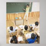 Estudiantes de la escuela primaria en la escuela póster