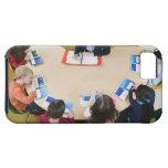 Estudiantes de la guardería que se sientan en la t iPhone 5 cárcasa