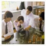 Estudiantes en laboratorio de química de la azulejo cuadrado grande
