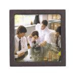 Estudiantes en laboratorio de química de la cajas de joyas de calidad