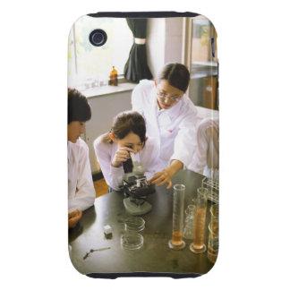 Estudiantes en laboratorio de química de la escuel tough iPhone 3 cárcasa