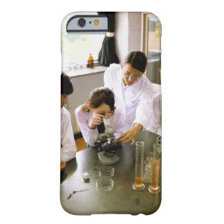 Estudiantes en laboratorio de química de la funda barely there iPhone 6