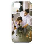 Estudiantes en laboratorio de química de la funda para iPhone SE/5/5s