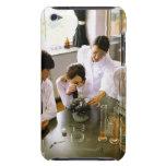 Estudiantes en laboratorio de química de la funda para iPod de Case-Mate
