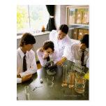 Estudiantes en laboratorio de química de la postales