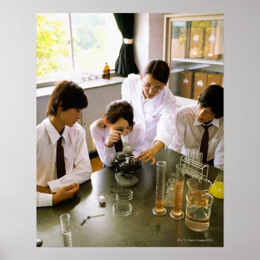 Estudiantes en laboratorio de química de la póster