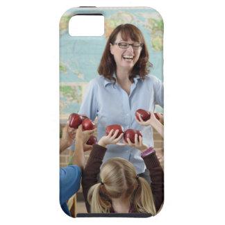estudiantes jovenes que presentan manzanas al funda para iPhone SE/5/5s