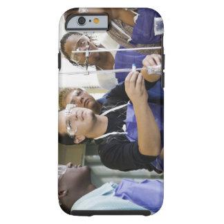 Estudiantes que realizan el experimento en funda de iPhone 6 tough
