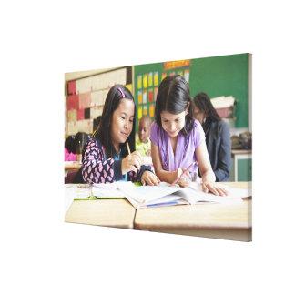 Estudiantes que trabajan junto en sala de clase lienzo envuelto para galerias