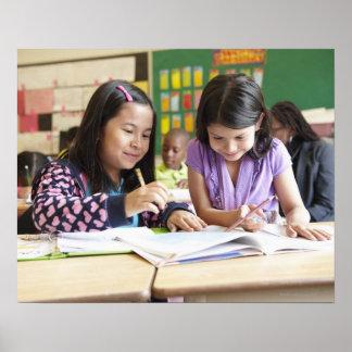 Estudiantes que trabajan junto en sala de clase póster