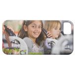 Estudiantes sonrientes que miran en los iPhone 5 carcasa