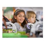 Estudiantes sonrientes que miran en los tarjeta postal