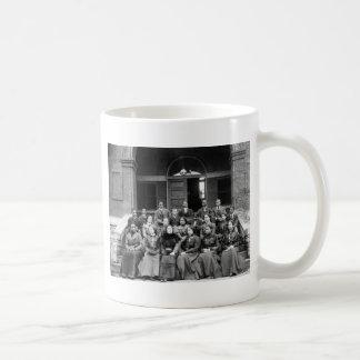 Estudiantes universitarios de Fisk: 1899 Taza Básica Blanca