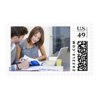 Estudiantes universitarios que usan el ordenador sellos postales