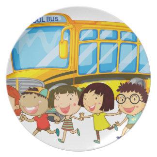 Estudiantes y autobús escolar platos
