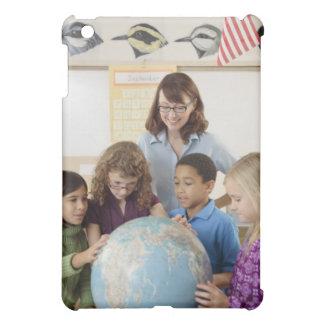 estudiantes y profesor con el globo