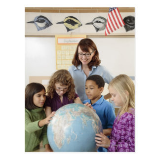 estudiantes y profesor con el globo postal