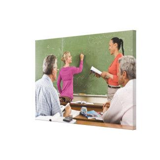 Estudiantes y profesor en sala de clase lona estirada galerias