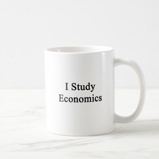 Estudio la economía taza básica blanca