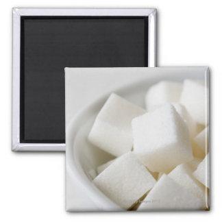 Estudio tirado de los cubos del azúcar en cuenco imán cuadrado