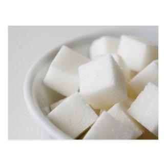 Estudio tirado de los cubos del azúcar en cuenco postal