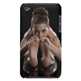 Estudio tirado de yoga practicante de la mujer.  cubierta para iPod de barely there