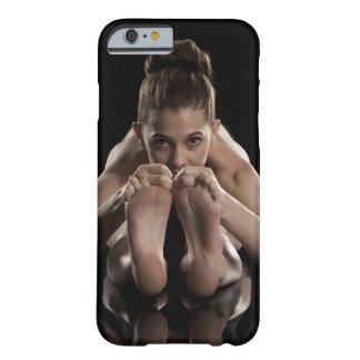 Estudio tirado de yoga practicante de la mujer.  funda barely there iPhone 6